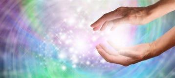 医治用的手和闪耀的能量 免版税库存图片