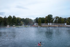 医治用的湖Heviz,匈牙利 秋天 游泳在湖中热量水的人们  有温泉 库存图片
