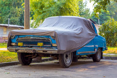 用盖子盖的老汽车 免版税库存图片