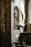 用真正的人装饰的古老哥特式教会的土牢S 库存图片