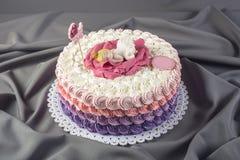 用睡眠小公主的一朵大花装饰的逗人喜爱的欢乐桃红色蛋糕 点心为一个生日 库存图片