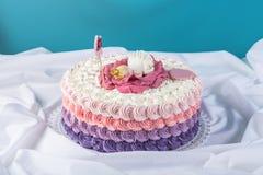 用睡眠小公主的一朵大花装饰的逗人喜爱的欢乐桃红色蛋糕 点心为一个生日 图库摄影