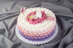 用睡眠小公主的一朵大花装饰的逗人喜爱的欢乐桃红色蛋糕 点心为一个生日 免版税图库摄影