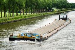 用石渣装载的河驳船 库存图片