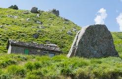 用石头营造的山小屋 免版税库存图片