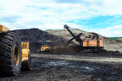 用矿石被装载的拖拉卡车 库存照片
