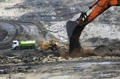 用矿石被装载的拖拉卡车 免版税库存照片