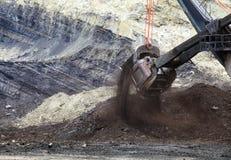 用矿石被装载的拖拉卡车 免版税库存图片