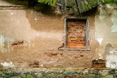 用砖盖的一个被放弃的房子的窗口 库存照片