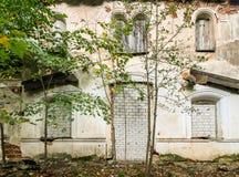用砖盖的一个被放弃的房子的Windows和门 库存图片
