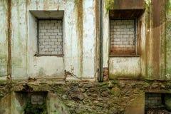 用砖盖的一个被放弃的房子的Windows和门 图库摄影