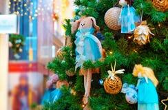 用礼物和装饰品装饰的圣诞树的片段 免版税库存照片