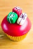 用礼物装饰的党杯形蛋糕 免版税库存图片