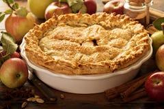 用秋天叶子装饰的苹果饼 免版税库存照片