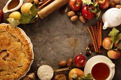 用秋天叶子装饰的苹果饼 免版税库存图片