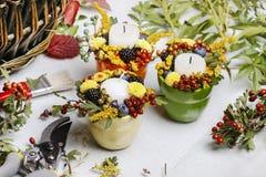 用秋天花装饰的蜡烛台 免版税库存照片