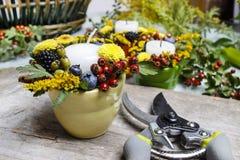 用秋天花装饰的蜡烛台 免版税库存图片