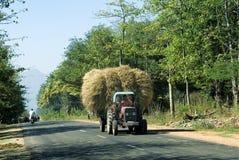 用秸杆捆绑装载的拖拉机 免版税库存图片