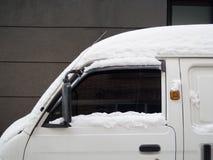 用空白雪包括的汽车 免版税库存图片