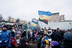 用站立在拥挤街道上的不同的旗子的活跃抗议者在两个星期反政府抗议期间 免版税库存照片