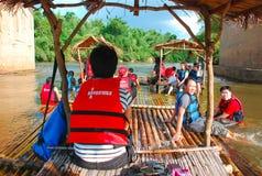 用筏子运送在Kanchanaburi的竹子 免版税库存照片