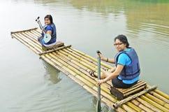 用筏子运送妇女 免版税库存图片