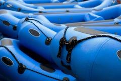 用筏子运送水白色 免版税库存图片