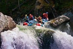 用筏子运送河的危险山 免版税库存照片