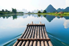 用筏子运送河的竹锂 库存照片