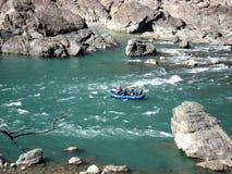 用筏子运送河 库存图片