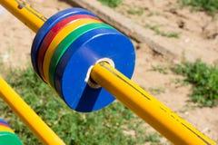 用管道输送与红色,黄色,绿色和蓝色颜色移动的圆环  免版税库存图片