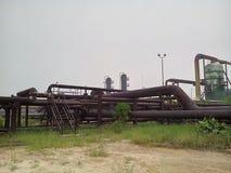 用管道输送在工业区 免版税库存图片