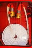 用管道输送灭火水龙带紧急状态的卷在红色金属箱子 库存图片