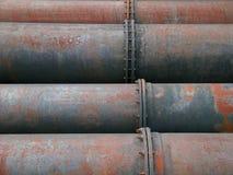 用管道输送生锈的水 免版税库存照片