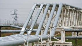 用管道运输运输石油、天然气或者水在金属管子 股票视频