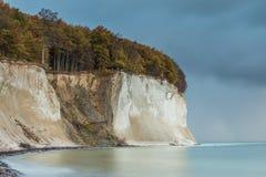 用粉笔写与绿松石色的波罗的海的岩石 图库摄影