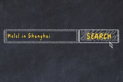 用粉笔写搜索引擎剪影  搜寻和预定一家旅馆的概念在上海 免版税库存照片