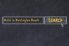 用粉笔写搜索引擎剪影  搜寻和预定一家旅馆的概念在亨廷顿海滩 库存图片