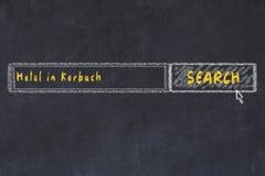 用粉笔写搜索引擎剪影  搜寻和预定一家旅馆的概念在克巴赫 免版税库存图片