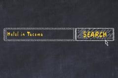 用粉笔写搜索引擎剪影  搜寻和预定一家旅馆的概念在塔科马 库存照片