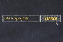 用粉笔写搜索引擎剪影  搜寻和预定一家旅馆的概念在斯普林菲尔德 库存图片