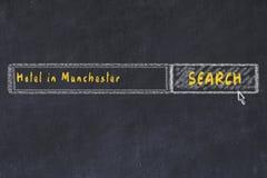 用粉笔写搜索引擎剪影  搜寻和预定一家旅馆的概念在曼彻斯特 图库摄影