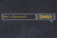 用粉笔写搜索引擎剪影  搜寻和预定一家旅馆的概念在杰克逊维尔 免版税库存图片