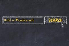 用粉笔写搜索引擎剪影  搜寻和预定一家旅馆的概念在蒂申罗伊特 图库摄影