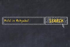 用粉笔写搜索引擎剪影  搜寻和预定一家旅馆的概念在阿什伽巴特 免版税库存图片