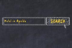 用粉笔写搜索引擎剪影  搜寻和预定一家旅馆的概念在阿波尔达 免版税库存图片