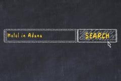用粉笔写搜索引擎剪影  搜寻和预定一家旅馆的概念在阿达纳 库存照片