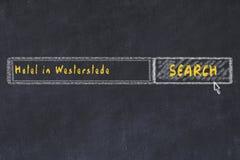 用粉笔写搜索引擎剪影  搜寻和预定一家旅馆的概念在韦斯特尔斯特德 图库摄影