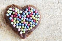 用糖珍珠装饰的手工制造姜饼心脏 免版税图库摄影