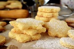用糖粉末盖的形状的一种油脂含量较高的酥饼 库存照片
